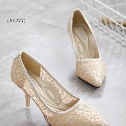รองเท้าคัชชูส้นสูง STYLE VALENTINO (สีครีม)