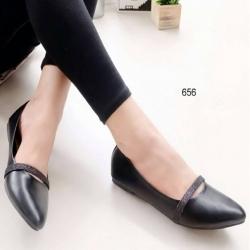รองเท้าคัทชูส้นเตี้ย หัวแหลม แต่งสายคาด (สีดำ )