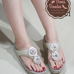 รองเท้าแตะสีทองอ่อน สไตล์fitflop รองเท้าเพื่อสุขภาพ หน้าสวมแบบคีบ หน้าประดับดอกไม้ ตัวดอกไม้เป็นงานทำมือแข็งแรง วัสดุทำจากหนังกากเพชรนิ่ม ด้านในซับด้วยหนังนิ่มอีกชั้น