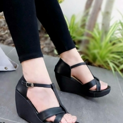 รองเท้าส้นเตารีด ส้นโอ่ง แบบตะขอเกี่ยว (สีดำ )