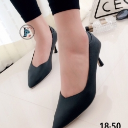 รองเท้าคัทชูส้นสูงหัวแหลม หน้าวี (สีดำ )