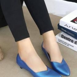 รองเท้าคัทชูส้นเตี้ย หัวแหลม ขอบหยัก (สีน้ำเงิน)