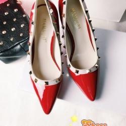 รองเท้าส้นสูงสีแดง ติดหมุดทรงValentino ดีไซส์หนังเงาทูโทน เก็บหน้าเท้าติดมุดเกร๋ๆตามสไตล์แบรนด์นี้