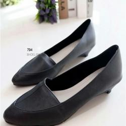 รองเท้าคัทชูหัวแหลม ส้นเตี้ย (สีดำ)