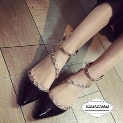 รองเท้าส้นแบนสีดำ Valentino-RockstuE-Ankle-Strap-2016 สวยมากคะรุ่นนี้ หนังแก้ว เงาสวย ตอกหมุด