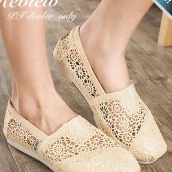 รองเท้าผ้าใบผู้หญิงสีครีม ผ้าลูกไม้ ทรงTOM แบบสวม ระบายอากาศได้ดี สวมใส่สบายเท้า แฟชั่นเกาหลี แฟชั่นพร้อมส่ง