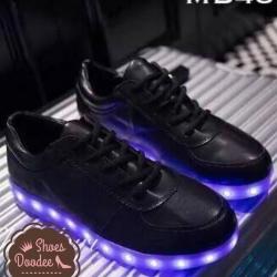 รองเท้าผ้าใบหนังสีดำ LED ทำจากหนังพียู ไฟเปลี่ยน8สี จังหวะกระพริบเปลี่ยนได้4จังหวะ ชาจแบตได้