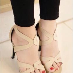รองเท้าส้นสูงสีครีม แบบเรียหรู งานขำเข้า วัสดุทำจากเนื้อผ้าชั้นดี มีซิปหลัง สวมใส่ง่าย ส้นเข้มสูง4.5นิ้ว