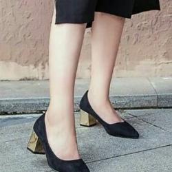 รองเท้าคัทชูส้นตัน ทรงหัวแหลม แต่งส้นสีทอง (สีดำ )