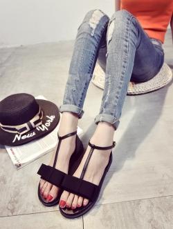 รองเท้าส้นเตี้ยสีดำ ทรงรัดส้นหน้าโบว์ วัสดุ PU ทรงเเน่นมีน้ำหนัก คัตติ้งเนี๊ยบ สายปรับระดับได้ ส้นสูง 2CM