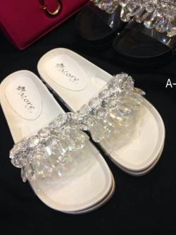 รองเท้าแตะสีขาว เพื่อสุขภาพพื้นหล่อยางเข้ารูป หน้าคาดหนังติดอะไหล่crystal ติดแน่นไม่หลุดง่าย งานดีพื้นยางอย่างดีน้ำหนักกำลังดี นิ่มน่าสวมใส่