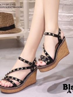 รองเท้าส้นเตารีดรัดส้นสีดำ ตอกหมุดปิรามิด สไตล์ VALENTINO (สีดำ )