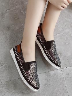 รองเท้าคัทชูสีดำ ทำจากหนังนิ่มประดับกรีตเตอร์ พื้นยางอย่างดี มียางยืดนิดๆ ใส่แล้วยืดหยุ่นตามเท้า ทรงสวย สวมใส่ง่าย ใส่สบาย ชิวๆ ใส่แล้วดูแพง ดูหรูเบาๆ ส้น1.5ซม.