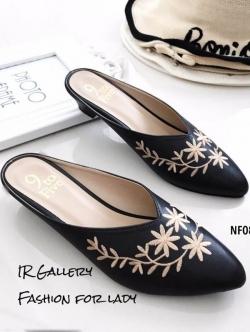 รองเท้าส้นเตี้ย หัวแหลม เปิดส้น ปักลายดอกไม้ (สีดำ )