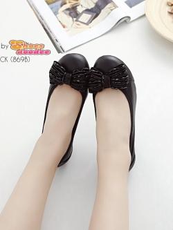 รองเท้าคัทชูสีดำ ทำจากหนังนิ่ม ประดับอะไหล่โบว์ดูน่ารักๆ พร้อมพื้นบุนวมนิ่ม ใส่สบายเท้าสุดๆ