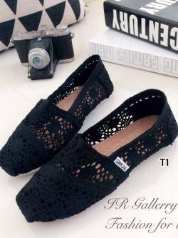 รองเท้าผ้าใบลายลูกไม้สีดำ งานโครเชถัก Style Brand Toms (สีดำ )