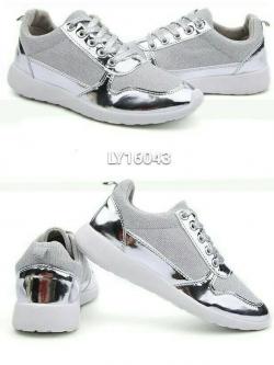 รองเท้าผ้าใบสีเงิน สปอร์ตสวยมวากขอบอก ทำจากผ้า มีกลิตเตอร์ เบามากด้วยจ้ะ พื้นนิ่มใส่สบายเลย จะช้าทำไมสาวๆ รีบจัดเลย
