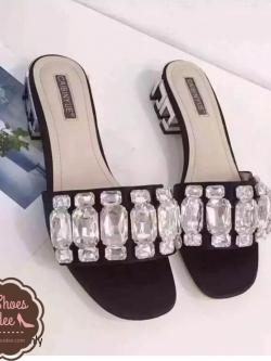 รองเท้าส้นเตี้ยสีดำ เสริมส้นโลหะ สีเงิน ผ้าซาติน แต่งเพรชขนาด 1-1.5cm เม็ดใหญมาก รวม 36 เม็ด สุดอลัง สินค้านำเข้า แบบสวยมาก งานดี เกรดA