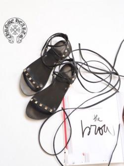 รองเท้าส้นเตี้ยสีดำ าพันข้อส้นเตี้ยงานแตงหมุด สไตล์ rock งานตัวใหม่ล่าสุด จากแบรนด์ Crome Hearts งานเกร๋ เรียบเกร๋ดูมีสไตส์ มากๆ พันข้อได้หลายแบบ ตามที่เราชอบได้เลย