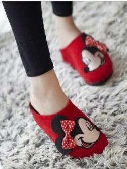 รองเท้าแตะสีแดง เพื่อสุขภาพคร้าาสไตล์แบรนด์ Mickey Mouse รุ่นหัวปิด วัสดุทำจากผ้ากำมะหยี่นุ่มมากๆคร้า ด้านน้าติดโบแบบนูนน่ารักที่สุดเลยย งานพื้นปั๊มโลโก้แบรนด์