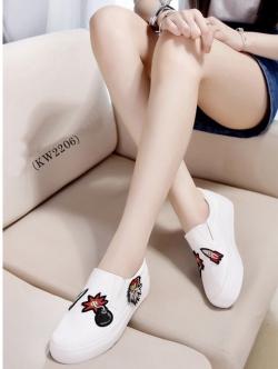 รองเท้าผ้าใบสีขาว ใส่ง่ายถอดง่ายไม่ต้องนั่งผูกเชือก ทรงสวย พื้นหนา 1 นิ้ว (เล็กกว่าปกติบวก1size)