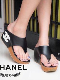 รองเท้าแตะส้นเตารีด ทรงคีบ (สีดำ )