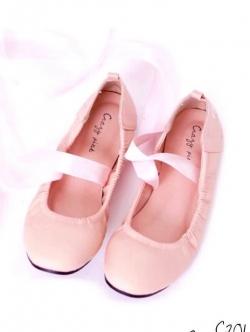 รองเท้าคัทชูสีชมพู หัวตัดยาว วัสดุทำจากหนังPU นิ่มๆ ขอบเย็บยางย่น กระชับเท้า เพิ่มสายพันข้อเก๋ๆ ด้านหลังปักอักษร date me (+1 จากไซสืปกติ)