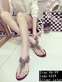 รองเท้าแตะรัดส้นแบบหูหนีบแต่งดอกไม้ (สีเงิน)