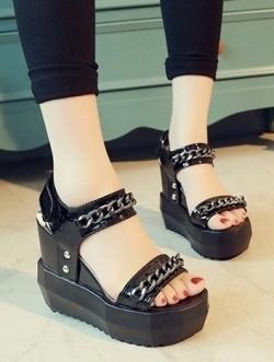 """รองเท้าส้นเตารีดสีดำ หนังเงา แต่งโซ่ หน้า 1.7"""" ส้น 4.8"""" (ขนาด+1)"""