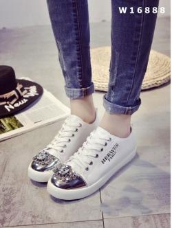 รองเท้าผ้าใบสีขาว หนังพียูนิ่มมากประดับเพชรเม็ดใหญ่ด้านหน้าตัดกับหนังเมทาลิคสุดหรู เกินคำบรรยาย พื้นนิ่ม สูง 1 นิ้ว เดินสบาย พื้นล่างวัสดุยางพาราเกรดเอ