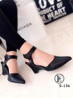 รองเท้าส้นเตารีด แบบรัดส้น หัวแหลม (สีดำ )