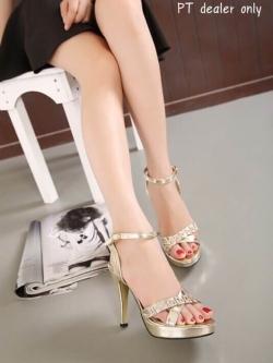 รองเท้าส้นสูงสีทอง ส้นแม็กซี่ วัสดุทำจากหนังเมทัลลืค แบบด้าน ไม่เงามาก ความสูงหน้า1หลัว4นิ้ว เรียบหรู ไฮโซสุดๆ