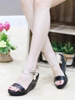 รองเท้าส้นเตารีดแบบรัดข้อ แต่งสายรัดสีทอง (สีดำ )