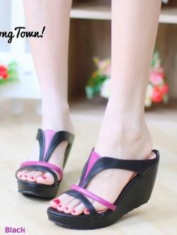 รองเท้าส้นเตารีด เปิดส้น แบบสวม ทรงเว้าข้าง (สีดำ )