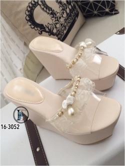 รองเท้าส้นเตารีดแบบสวม สายคาดประดับไข่มุก (สีครีม )