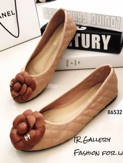 รองเท้าคัทชูส้นแบน แต่งอะไหลดอกคามิลเลีย StyleChanel (สีน้ำตาล )