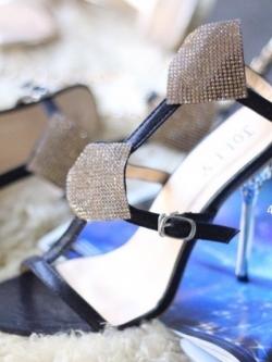 รองเท้าส้นสูงสีดำ ประดับหนังกลิตเตอร์สวยวิ๊ง เปิดหน้าแบบรัดข้อ สไตล์JIMMY-CHOO สายรัดข้อปรับระดับได้ สูง4นิ้ว