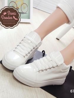 รองเท้าผ้าใบสีขาว ทรงลำลอง วัสดุหนังPU สวมใส่กระชับเท้า น้ำหนักเบา สูงหน้า 2.5 ซม. , ส้นสูง 2.7 ซม. (หน้าเท้ากว้าง+1)