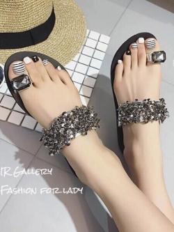 รองเท้าแตะผู้หญิงสีเงิน สวมนิ้วโป้ง สายคาดประดับอะไหล่คริสตัล (สีเงิน )