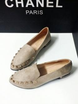รองเท้าคัทชูสีครีม เสริมส้นประดับหมุดทองหรู สไตล์ Valentino หนังกำมะหยี่พรีเมียม ตอกหมุดอะไหล่สีทอง