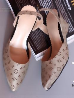 รองเท้าส้นเตารีด เปิดส้น หัวแหลม ผ้าทอลายLV (สีครีม )