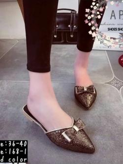 รองเท้าส้นแบนสีทอง เปิดส้นเท้า งานนำเข้า แบบขายดีอีกแบบที่หลายคนถามหาค่ะ กิตเตอร์วิ้งสวย ตกแต่งด้วยโบว์ด้านหน้า น่ารักสุดๆ