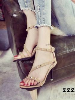 รองเท้าส้นสูงสีเนื้อ ทรงส้นเข็ม แนววาเลนติโน่ งานตอกมุด ผ้าสักหลาด มีสายรัดข้อปรับระดับได้ ส้นเข็มสูง 3 นิ้ว แบบสวย ใส่สบาย สวมใส่ได้ทุกโอกาส