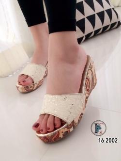 รองเท้าส้นเตารีดแบบสวม แต่งลายไทบ (สีครีม )