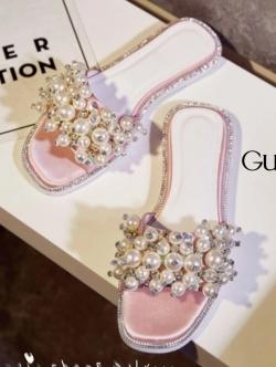รองเท้าแตะแบบสวมลำลอง GUERLAIN งานนำเข้า ประดับมุก เต็มด้านหน้า ประดับเพรชเม็ดเล็กซ้อนกับมุกเป็นเกษร สวยวิ้ง มากๆ