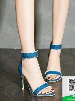 รองเท้าส้นเข็มรัดข้อสีฟ้า แต่งชายลุ่ย (สีฟ้า )
