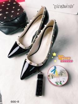 รองเท้าส้นสูงสีดำ ติดหมุดทรงValentino ดีไซส์หนังเงาทูโทน เก็บหน้าเท้าติดมุดเกร๋ๆตามสไตล์แบรนด์นี้