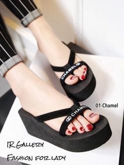 รองเท้าแตะส้นเตารีดแบบคีบ หนังกำมะหยี่ แต่งอักษรChamel (สีดำ )