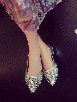 รองเท้าคัทชูสีเงิน แต่งอะไหล่เพชรเม็ดใหญ่ทั้งตัว งานเย้บมือ แน่นมากๆค่ะ เหมาะสำหรับสาวฟรุ้งฟริ้ง ต้องจัดนะคะ