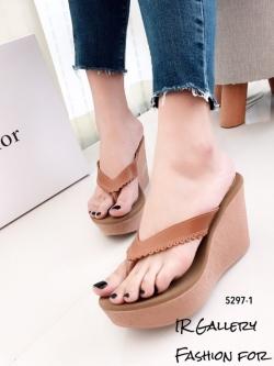 รองเท้าแตะส้นเตารีดสีแทน แบบคีบ ดีเทลขอบหยัก (สีแทน )